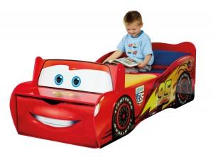 Un lit Cars en forme de voiture