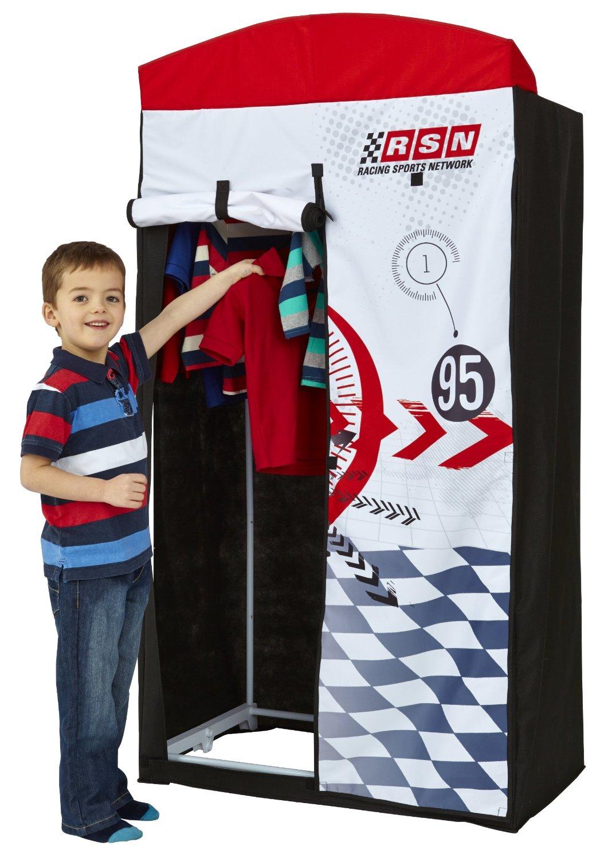 L'enfant prend plaisir à ranger ses affaires